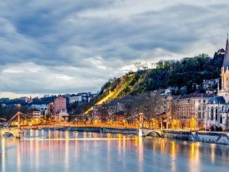 Lyon Ciel Gris Ville Illuminée Fleuve